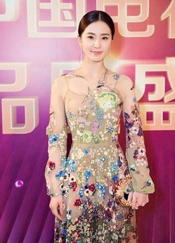 刘诗诗身着花色长裙亮相红毯