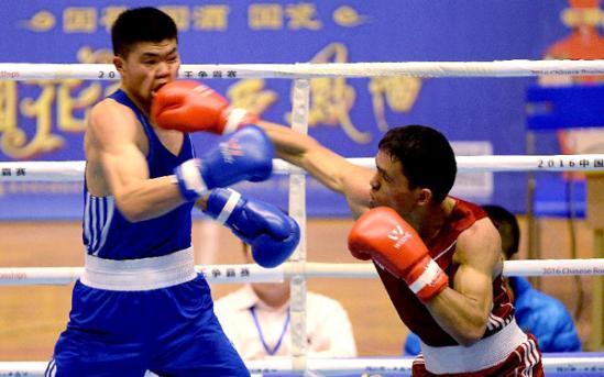 新疆队选手赛日克-托了吾依塔(左)与甘肃队选手叶尔兰努尔兰别克在64公斤级决赛中。最终,新疆队赛日克-托了吾依塔以2比1的比分获胜。