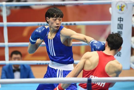 安徽队选手徐海洋(左)与江苏队选手胥锐在男子91公斤级决赛中。徐海洋以3比0获胜