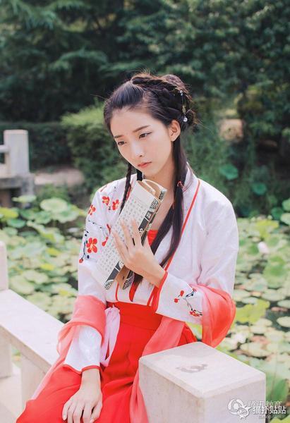 武汉大学汉服女神在微博中晒出一组古装写真图片