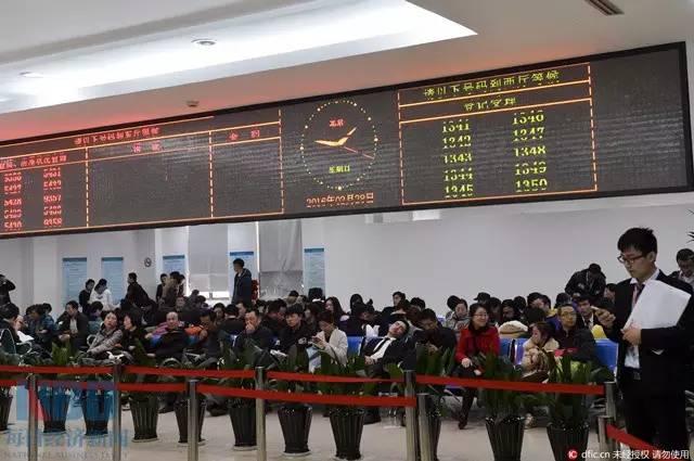 2月底,在上海浦东新区房地产交易中心,排队等