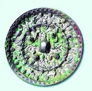 """铜镜是古人用来妆饰理容的一种生活用品,集观赏、实用、珍藏于一身,堪称我国古代文化遗产中的瑰宝。那么,我们如何才能收藏到称心如意的铜镜呢?其实,要判断古代铜镜的价值,可以通过""""听声看形""""、""""辨锈闻味""""简单八个字来进行。"""