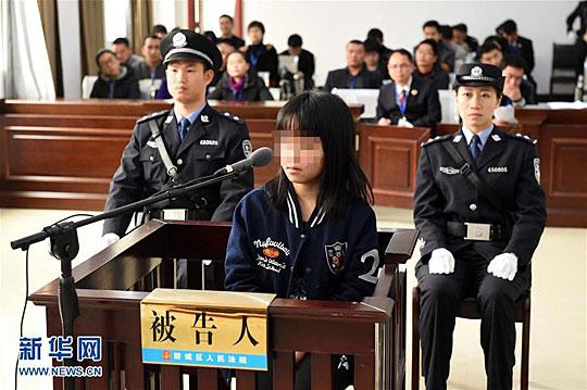 1月13日,原告人杨彩兰在广西防城港市防城区公民法院刑事审讯庭承受法庭审讯。 新华社记者 周华 摄 新华社