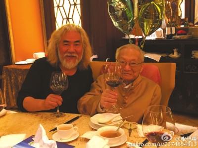 @张纪中:现在在香港,与金庸先生的亲属和好友一起为他祝寿!金庸先生兴致很浓!很开心……也给他看了大家为他祝寿的视频、祝寿的话语!很谢谢大家!