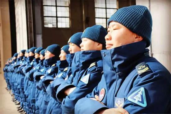 部队蹲姿_海军换深蓝色地勤工服 内置超薄保暖絮片-搜狐军事频道