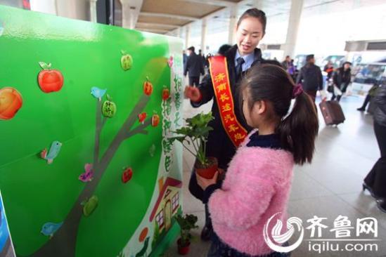 3月10日,通过济南长途汽车总站官方网站订票并成功取票的宁女士,收到了总站工作人员送上的精美小绿植。