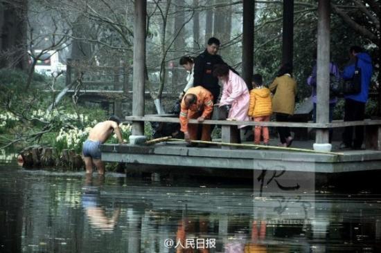 3月6日上午,杭州太子湾公园一女游客拍照时不小心把手机掉进了湖里,正在不远处工作的绿化工老葛,二话不说,脱掉衣服就跳进冰冷的水里,为游客捞手机<b