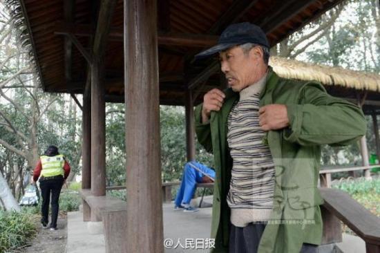 3月6日上午,杭州太子湾公园一女游客拍照时不小心把手机掉进了湖里,正在不远处工作的绿化工老葛,二话不说,脱掉衣服就跳进冰冷的水里,为游客捞手机。汪建春摄