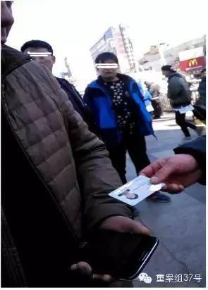 邢台车站广场上,黄牛收取旅客的身份证。