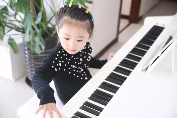 不要认为小孩子学钢琴就只是&quot刻苦&quot练习罢了其实每一首曲子都是如同