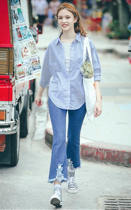 短袖针织衫搭配修身白色打底裤