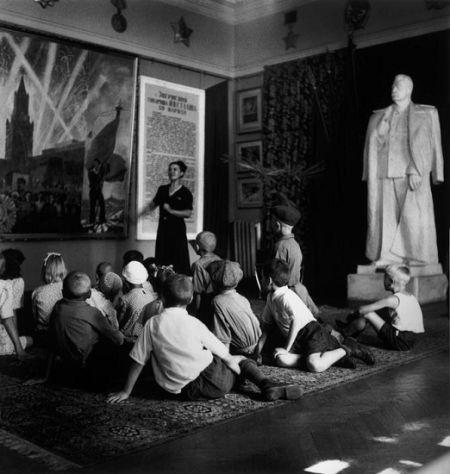 卡帕摄影作品《乌克兰·学生参加历史讲座》