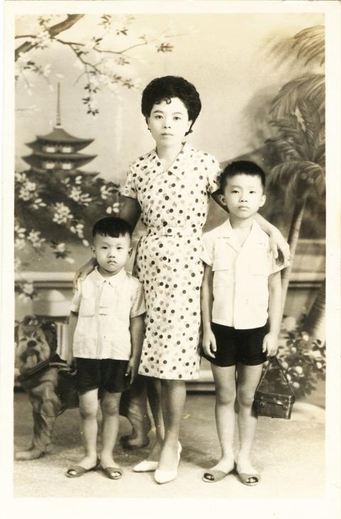 童年杨渡(右)和母亲、弟弟合影