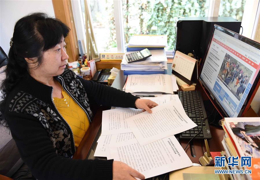 肖燕在办公室整理提案(2月17日摄)。