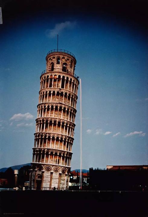 1974年,在比萨斜塔重现伽利略的自由落体实验,并将2个球抛出.