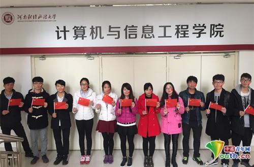 学生们亲自动手用彩纸制作五星红旗