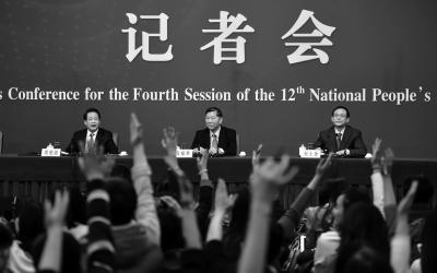 中国银行业监督管理委员会主席尚福林(中)、中国证券监督管理委员会主席刘士余(右)、中国保险监督管理委员会主席项俊波(左)回答中外记者的提问。