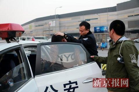 两嫌疑人被警方带走。