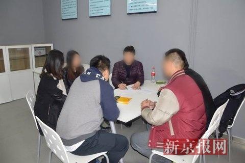 """郭松业打扒工作室""""内,郭松业教授年轻队员反扒知识。本组图片来自警方"""