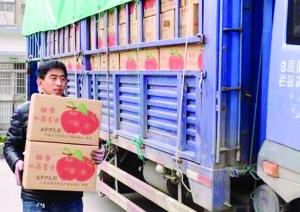 农民为给女儿筹药费在医院里卖苹果