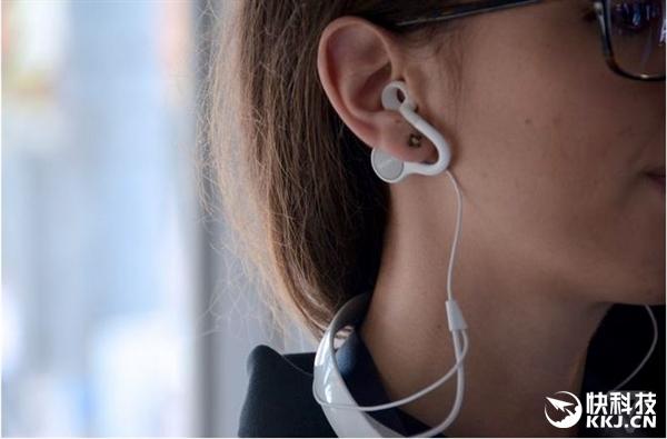 另外,索尼也设计了锥形耳机听筒,以便用户想要回归传统耳机体验。不过,这一听筒中央仍有一个小洞,依然不会阻隔噪音,所以你仍可以在听音乐时进行对话。