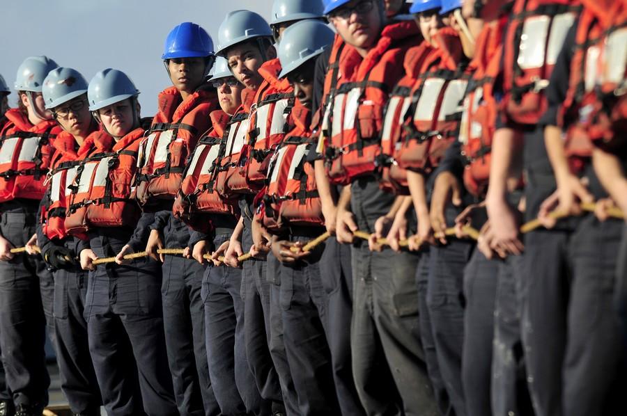 3月10日,在南海海域航行的美国海军蓝岭号指挥舰。