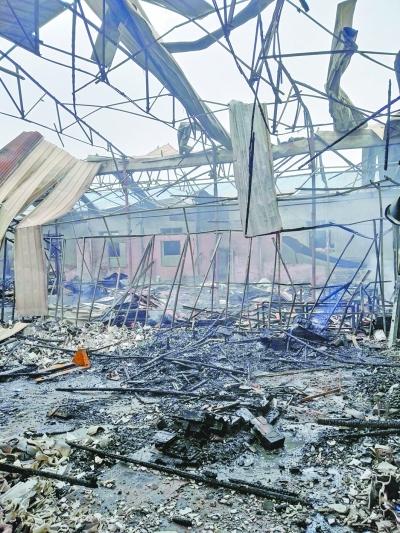 失火后的堆栈内一片散乱。记者李爱华 摄