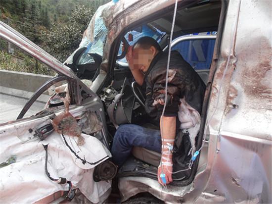 现场,只见驾驶员两脚卡在撞击变形后的方向盘和坐垫中间,受伤严重,消防官兵立即配合现场医护人员对驾驶员紧急输液。同时,利用液压剪等破拆工具将车门破拆,并将被困驾驶员身旁的障碍物进行破拆清除。很快,受困驾驶员被抬出驾驶室。