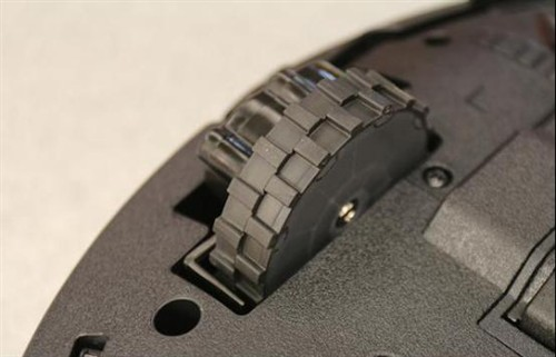 在驱动轮上,Proscenic采用了PVC软硅胶材质包裹轮组,防止在清扫过程中刮花地板,而且还能降低驱动轮与地板产生的噪声。
