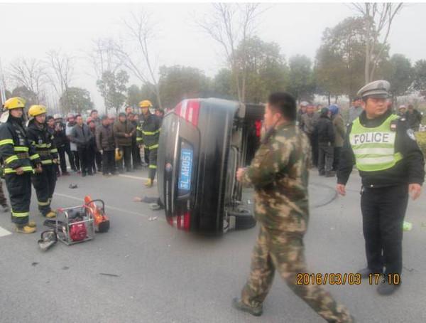 女司机被自己车压死_惨烈!轿车突然侧翻,甩出去的司机竟被自己的车压死!到底 ...