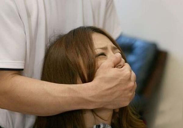无码-熟女-丝袜-轮流-下载_印度一妇女遭人强奸,3岁女儿目睹全过程!