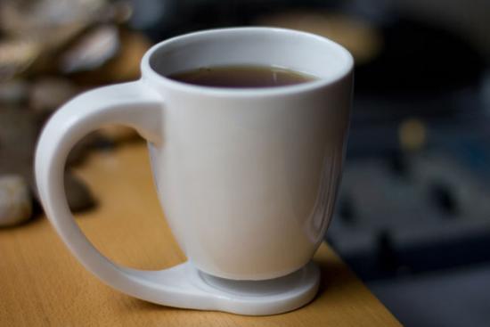 创新性的手柄从水杯边延伸出来,划出一个优雅的弧形,在到达水杯的底部图片