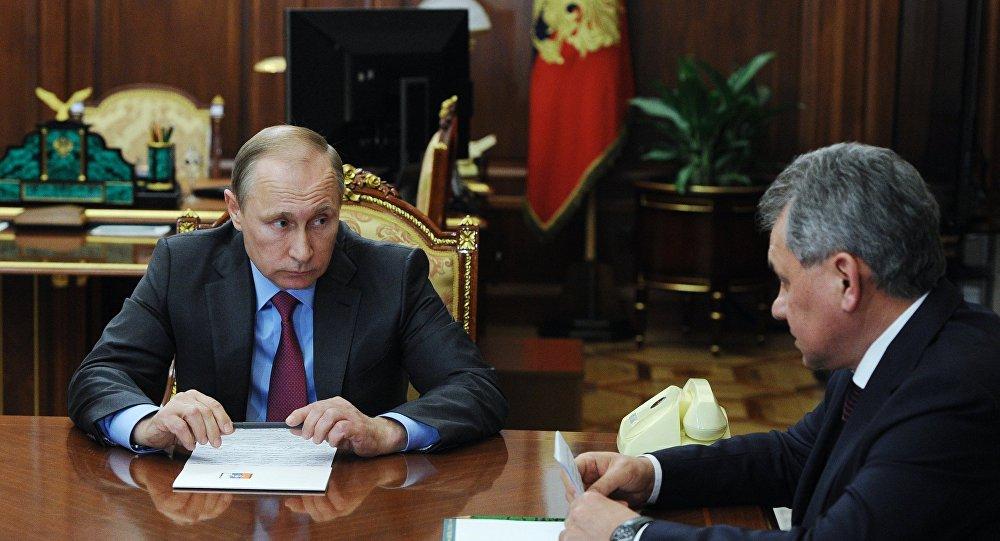 俄罗斯总统普京14日与国防部长和外交部长举行会晤。