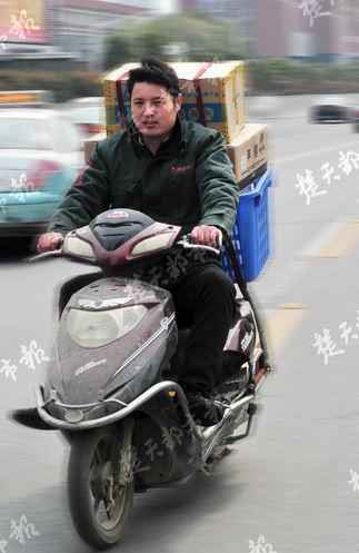 作为武汉大学行政处理业余的本科结业生,从2014年结业到如今,25岁的江苏徐州睢宁小伙杨权磊一向在处置一份很辛劳的事情:当快递员。