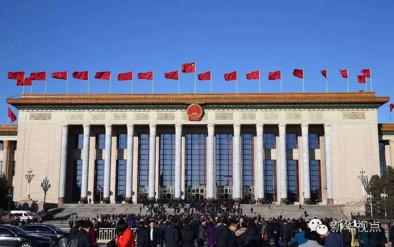 代表们走向人民大会堂。(2016年3月13日摄)新华社记者丁海涛摄