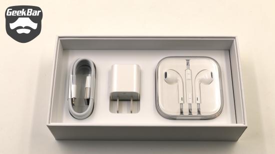 事实上,原装iPhone配件同样价格不菲,电源适配器(149元)、Lighting线(149元)、EarPods耳机(229元),合计就达到526元<b