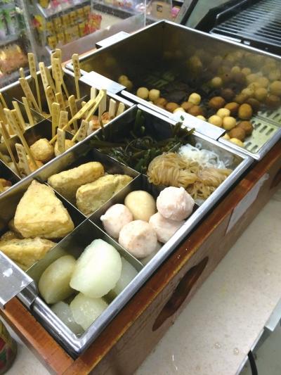 隔夜的魔芋丝、鱼丸等色彩较深,被职员放在新的食材上售卖。