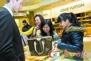 英国伦敦Harrods百货公司,中国游客在购买LV等奢侈品。(资料图片)