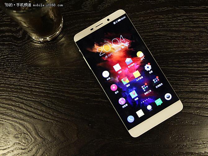在外观方面,乐Max采用了ID无边框设计,同时机身正面底部的实体触摸按键,只有触摸以后才会发光,息屏状态下整机正面看起来格外整洁,亮屏时,乐Max的黑边区域也是已发布的4款乐视手机中最窄的<b