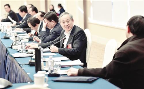 3月11日,人大广东代表团在驻地举行代表小组会议,代表们为科技创新积极建言献策,会议发言十分开放,始终在一片活跃的气氛中进行。本报记者 李景录摄