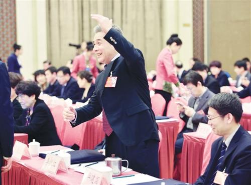 3月15日,人大河北代表团举行全体会议,审议各项决议草案、慈善法草案建议表决稿等。会议快结束时,李振江代表站起来举手抢着发言。本报记者 李景录摄