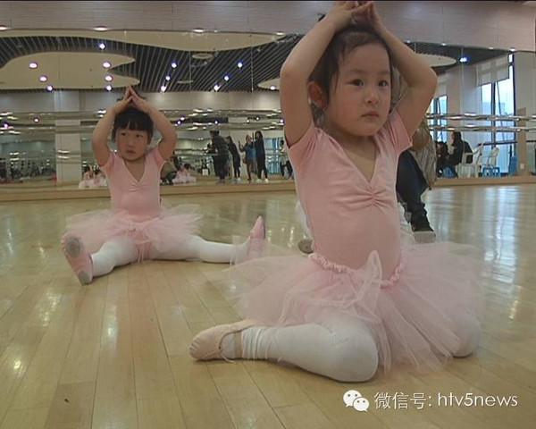 免费色小公主逼_穿上梦寐已久的粉色舞蹈服,小公主们喜形于色,家长们更是心花怒放.
