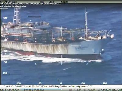 中国渔船被阿方击中,随后沉没。沉船未造成人员伤亡。视频截图