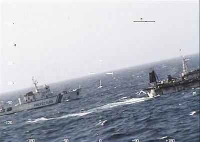 阿方公布的视频显示,海警船只追逐中国渔船。视频截图