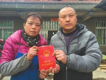 杨学彬夫妇现在尽管双证在手,但他们对身后的房子还是不是自己的感到很迷茫。