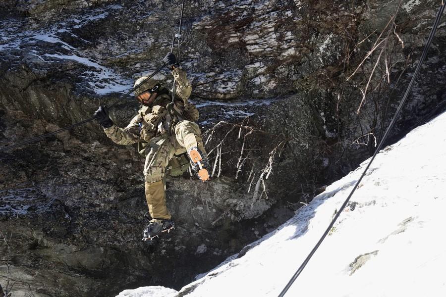 近日,美国陆军国民警卫队在高寒山地举办了一次山地作战训练,可以看到其装备十分专业精良。
