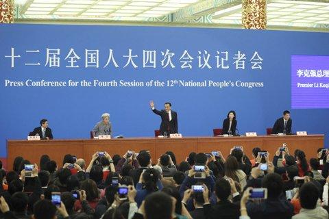 """中国手机网民数量已经突破6.2亿,汹涌澎湃的移动互联网浪潮不仅改变了诸多行业生态,也让""""高大上""""的总理记者会出现了许多新鲜的场景。3月16日上午,当李克强总理走进人民大会堂金色大厅的时候,除了扛着""""长枪短炮""""的摄影记者,还有更多记者高举手机拍照、录制小视频。总理回答后同声传译的间隙,一些记者已经捧着手机,以最快速度生产信息、即时发布。"""