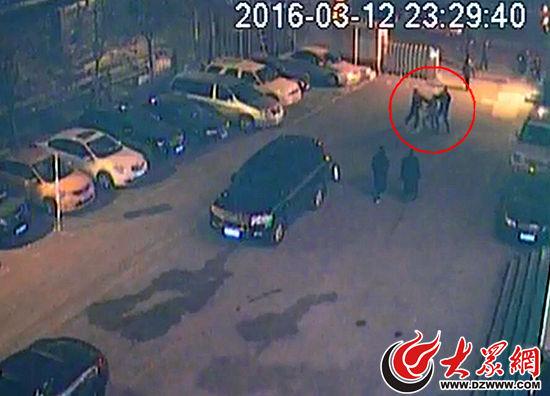 济南两醉酒男打伤出租车司机 为避抓捕钻进车底