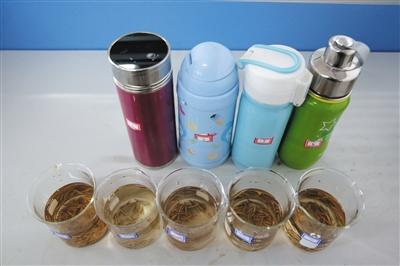 相同保温杯泡出的茶水色彩出现出相同的深浅度。