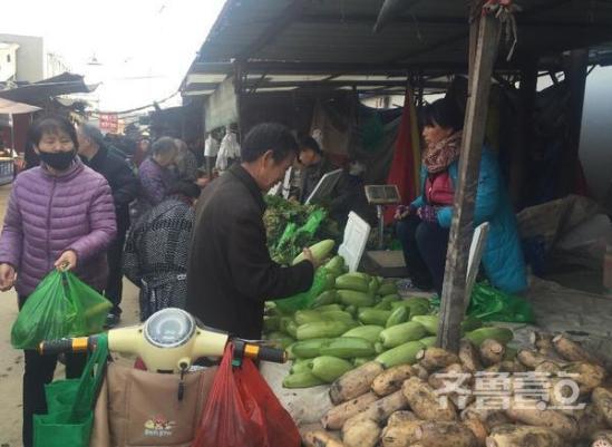 (在八里桥蔬菜市场,舍近求远来买菜的市民不少。)